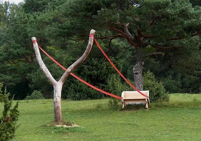 Экстравагантное окружение для скамейки.