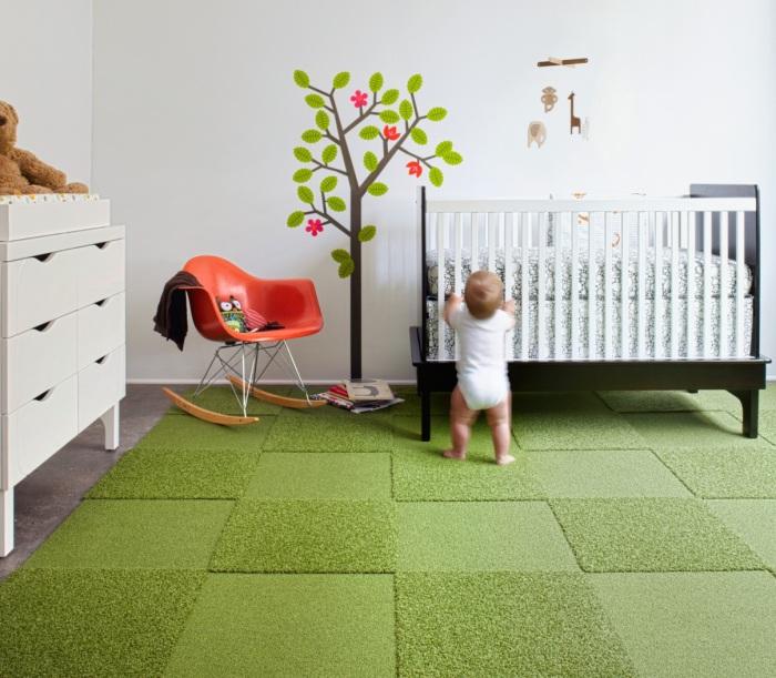 На мягком ковре ребенок проводит массу времени.