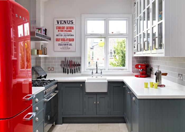 Цветовая гамма интерьера маленькой кухни - динамичная и элегантная.