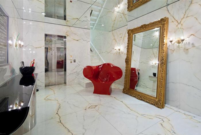 Ванна, напоминающая художественную галерею.