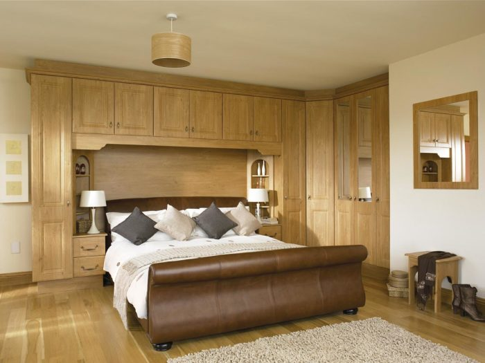 Спальная комната с роскошной деревянной отделкой.