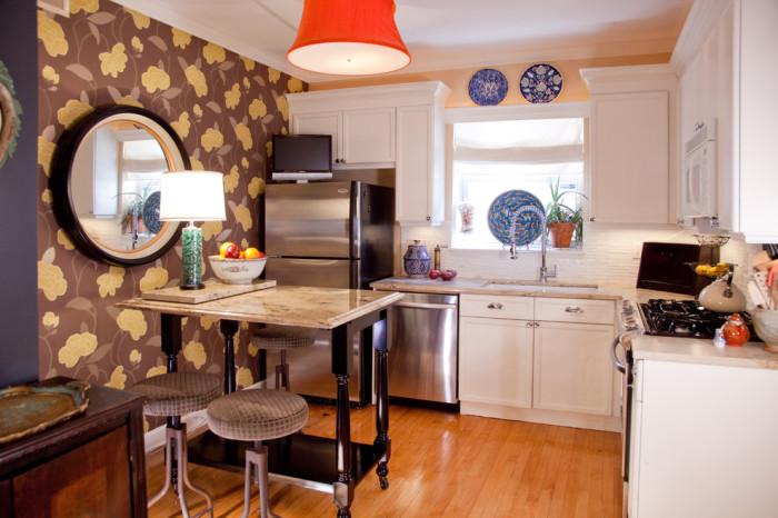 Акцентная стена в интерьере маленькой кухни.