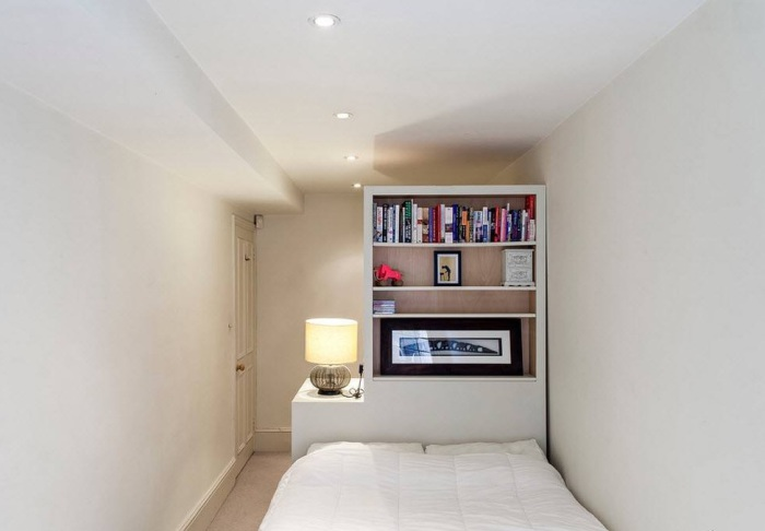 Перегородки гармонизируют интерьер узкой комнаты.