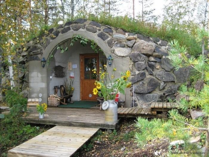 Домик с травой на крыше.