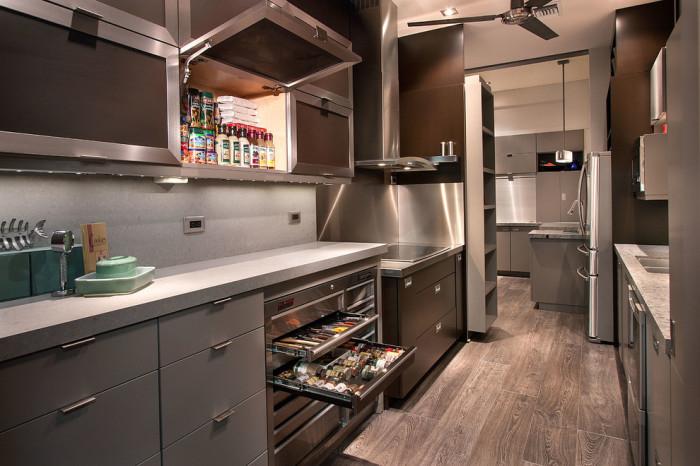 Интерьер маленькой кухни с металлическими элементами.