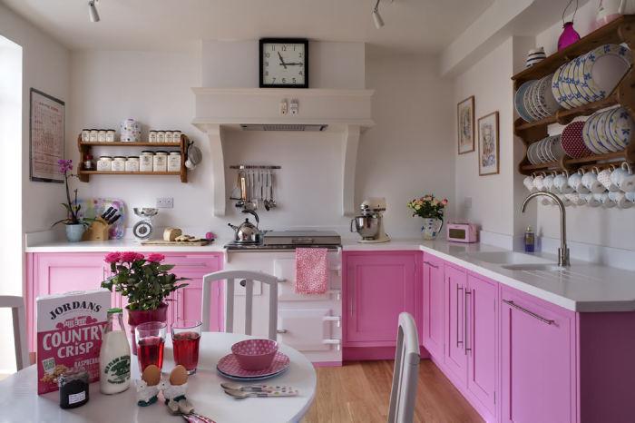 Бело-розовая кухня не выглядит вульгарно.