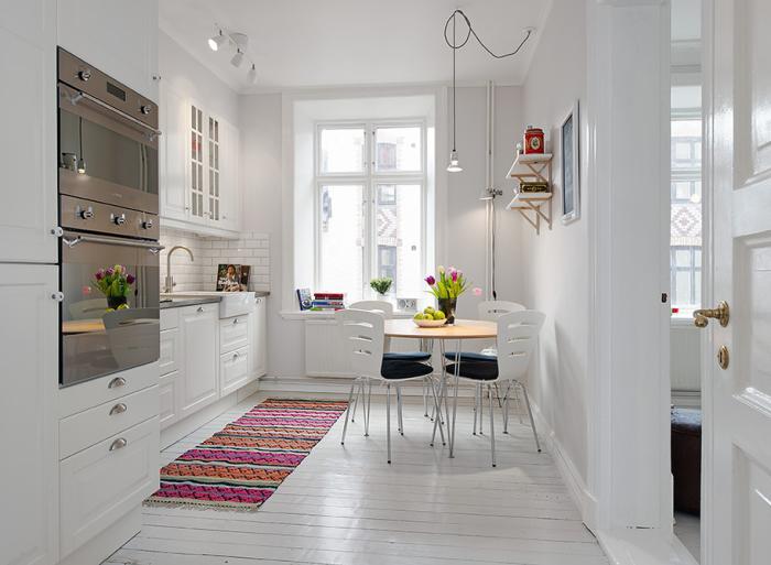 Ковер - необычный предмет интерьера кухни.