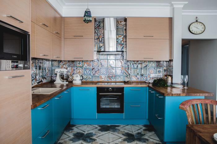 Поєднання бежевого і синього в оформленні меблів.