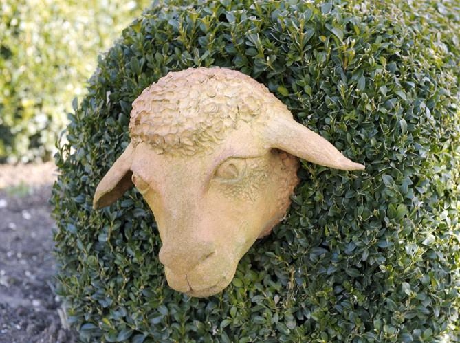 Необычная садовая скульптура.