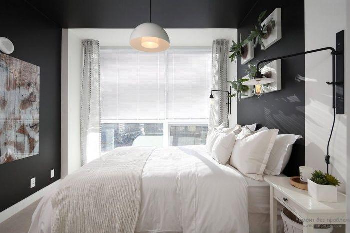 Классическое цветовое сочетание в интерьере маленькой спальни.