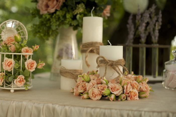Подсвечники, декорированные цветами.