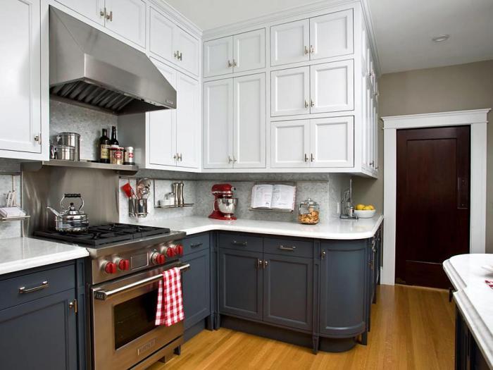 Темно-синий и белый - сдержанное, но нестандратное сочетание для кухни.