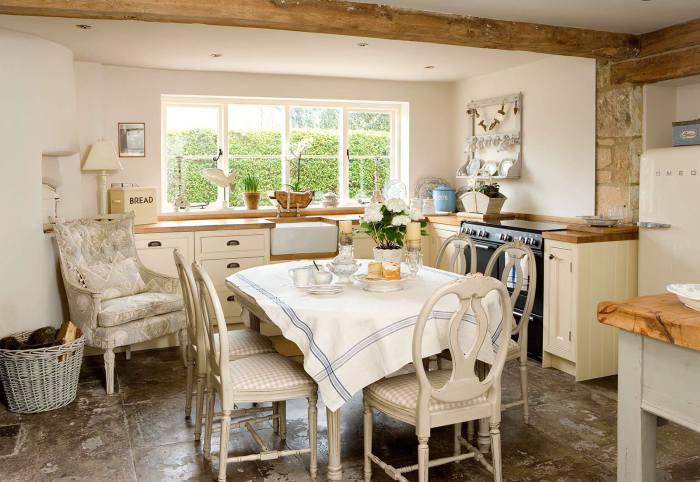 Кухня кантри с винтажными деталями.