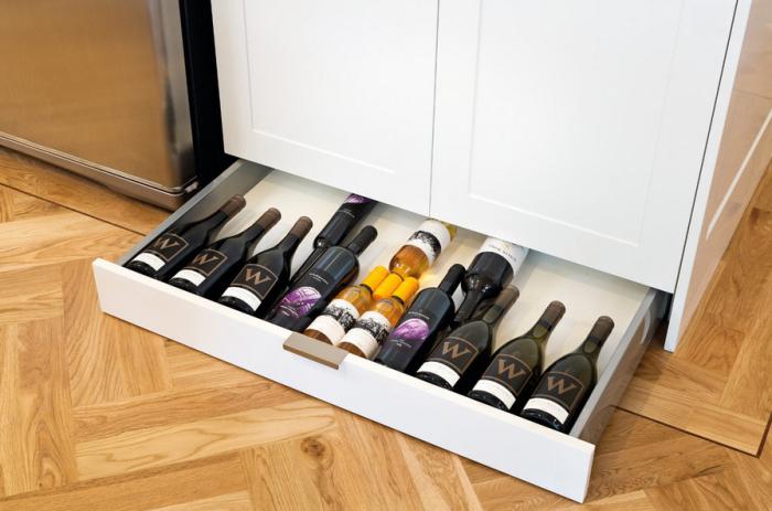 Хранение бутылок на кухне.