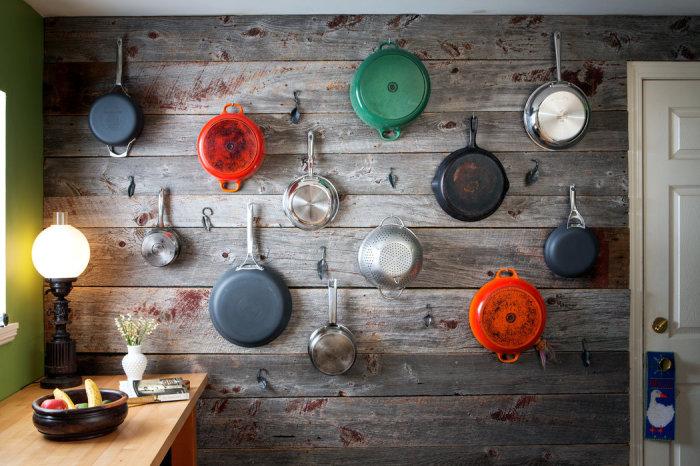 Хранение сковородок на стене.