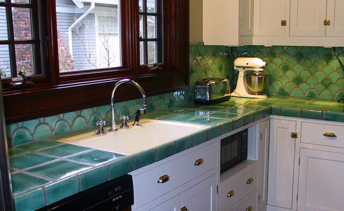 Яркий фартук преобразит даже стандартную кухню.