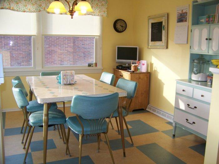 Навіть саму звичайну кухню вийде оформити в стилі кафе.