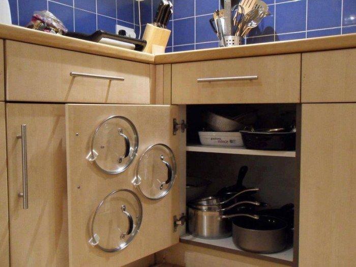 Организованное хранение на кухне крышек.