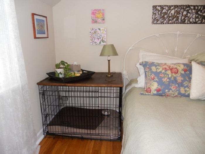 Крупная, но визуально легкая тумбочка из клетки в интерьере спальни.