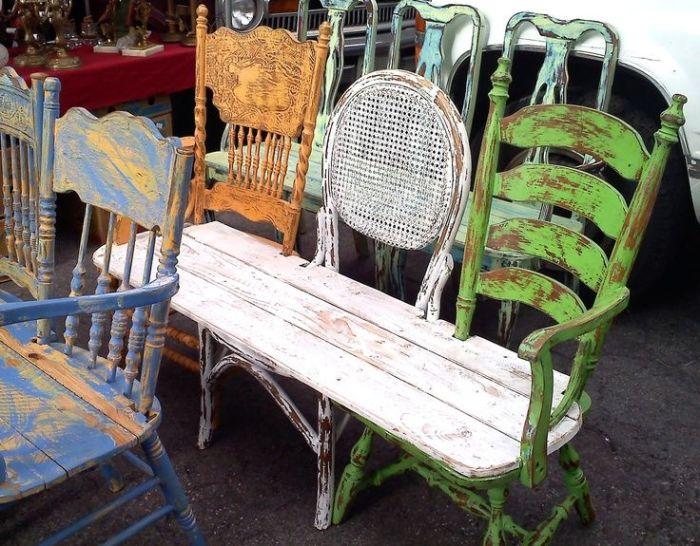 Необычная скамейка из стульев.