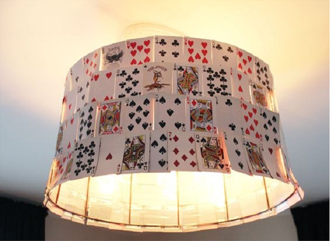 Необычный светильник из карт.