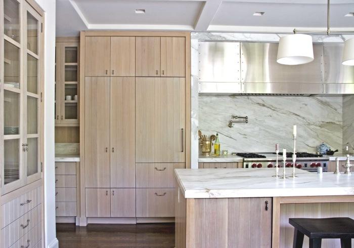 Вместительный шкаф в интерьере маленькой кухни.
