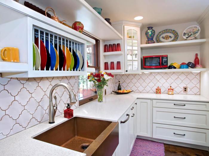 Разноцветная посуда становится украшением интерьера.