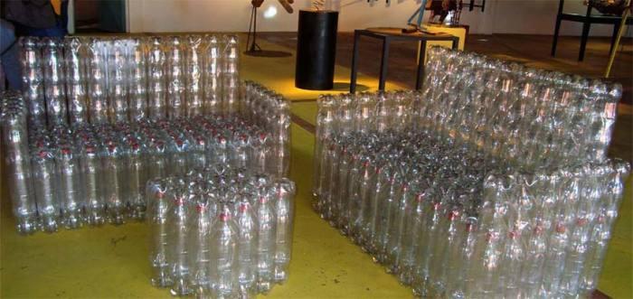Простая мебель из бутылок.