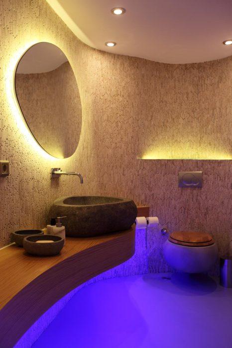 Нестандартное освещение в ванной.