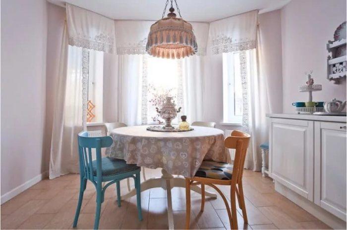 Цветные стулья разнообразят интерьер маленькой кухни.