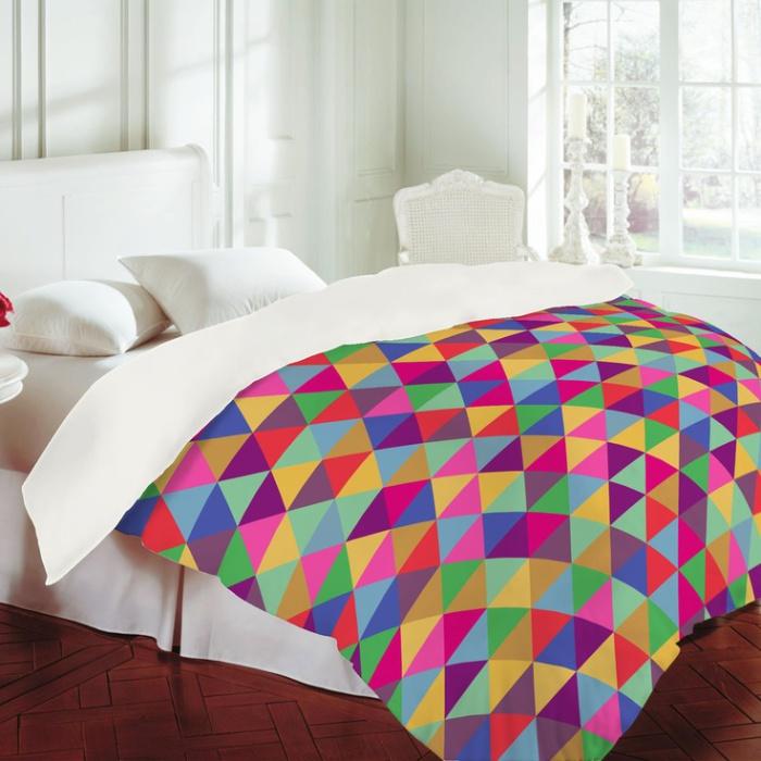 Яркое постельное белье оживит дизайн маленькой спальни.