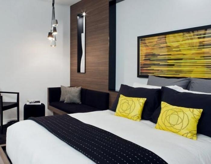Спальня с яркими желтыми акцентами.