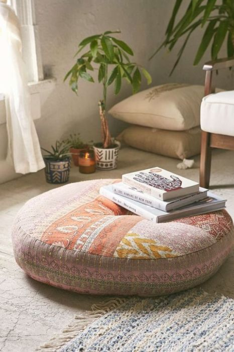 Подушка в интерьере гостиной.