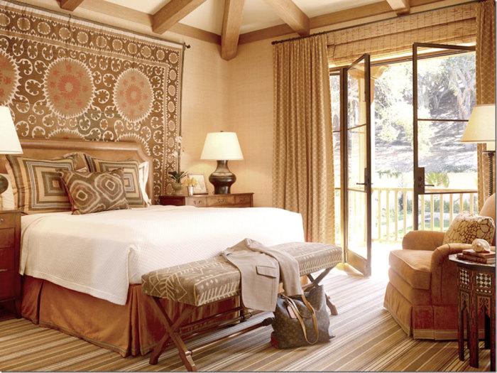 Интерьер маленькой спальни с элементами эклектики.