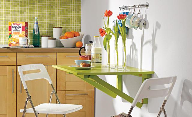 Яркий столик для маленькой кухни.
