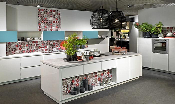 Плитка с узором оживит сдержанный дизайн кухни.