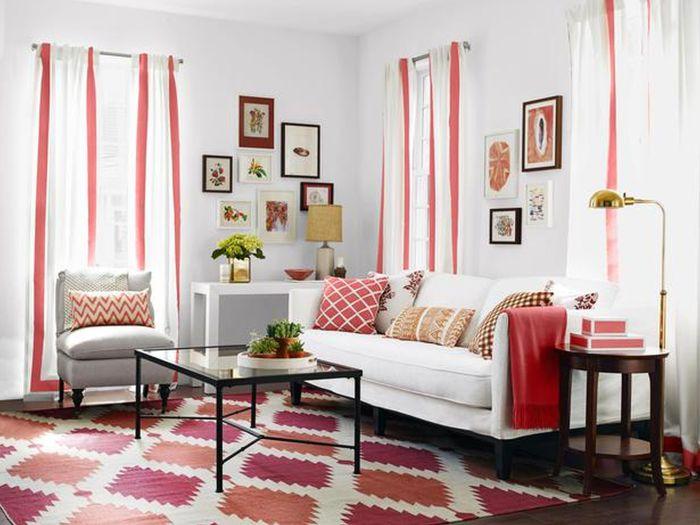Яркие детали в нейтральном интерьере маленькой гостиной.