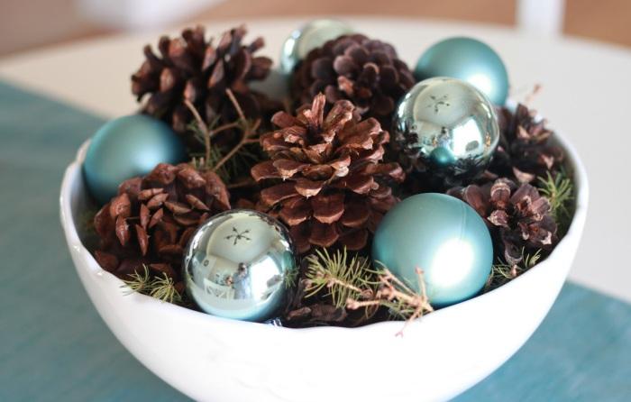 Попробуйте заполнить блюдо новогодним декором.