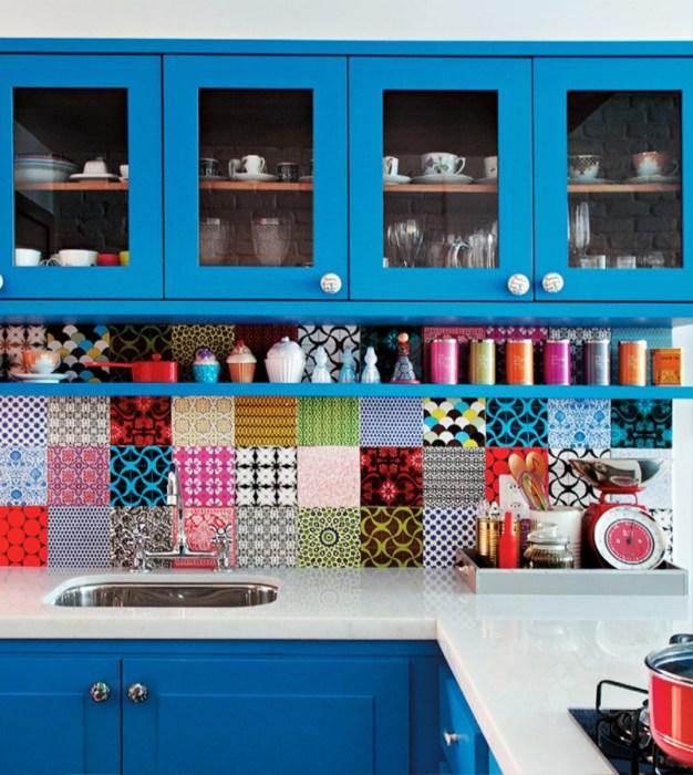 Необычный кухонный фартук из разных плиток.