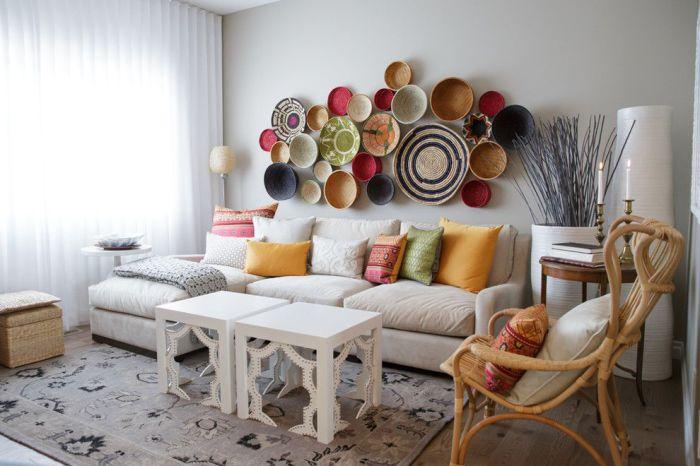 Тарелки на стене заменят картину не только на кухне, но и в гостиной.
