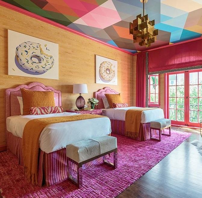 Разноцветный потолок в спальне.