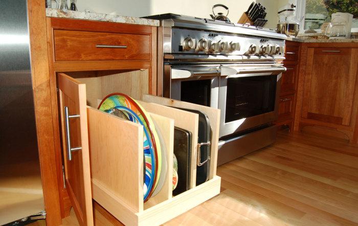 Удобная выдвижная система хранения для кухни.
