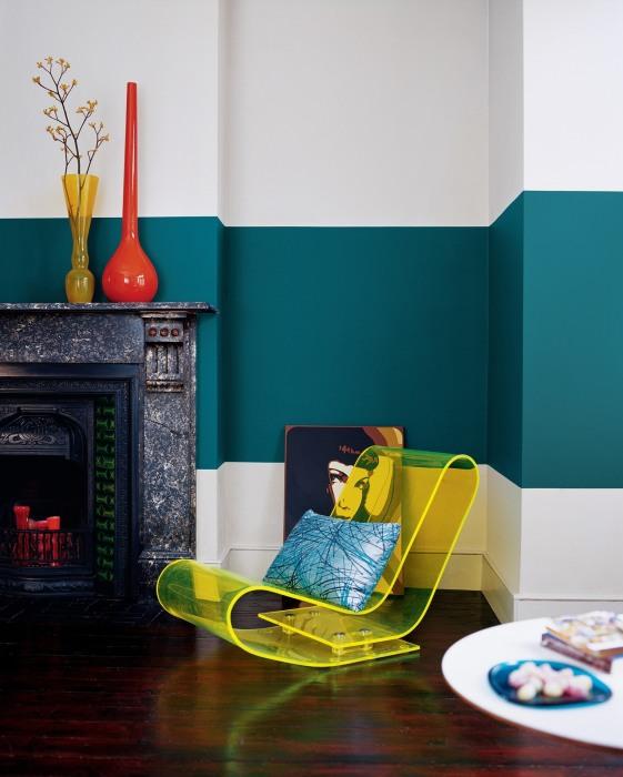 Окраска стен в два контрастных цвета.