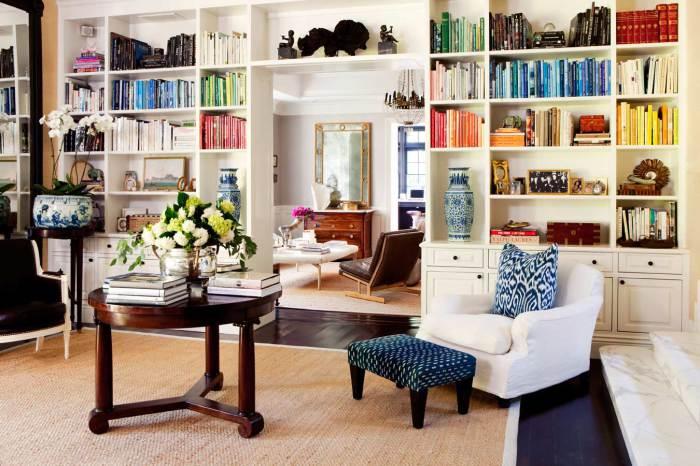 Мини-библиотека в гостиной.
