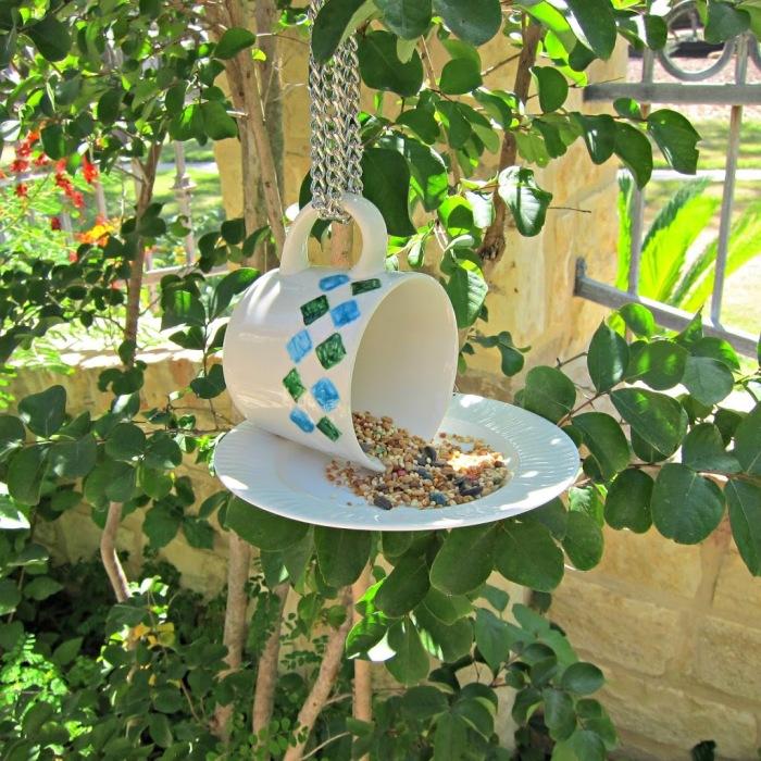 Кормушка для птиц из старой посуды.