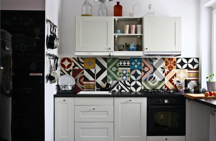 Необычная плитка становится изюминкой кухни.