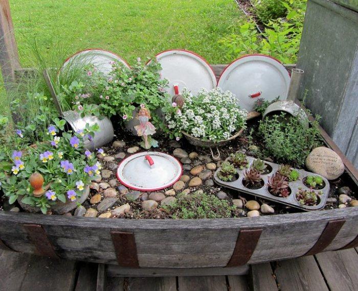Декоративная композиция с использованием посуды.