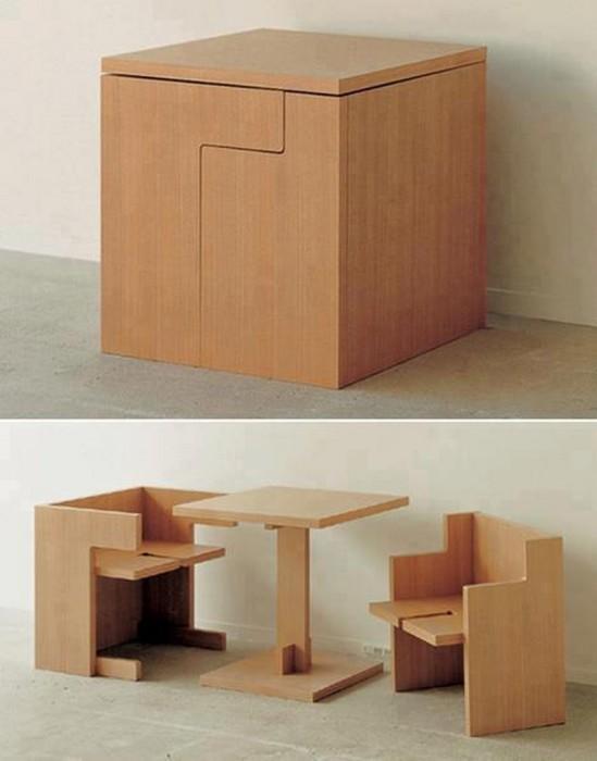 Раскладной стол со стульями.