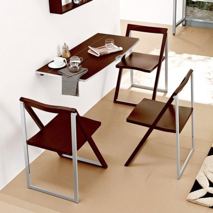 Компактный стол у стены.