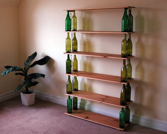 Полка из винных бутылок и досок.